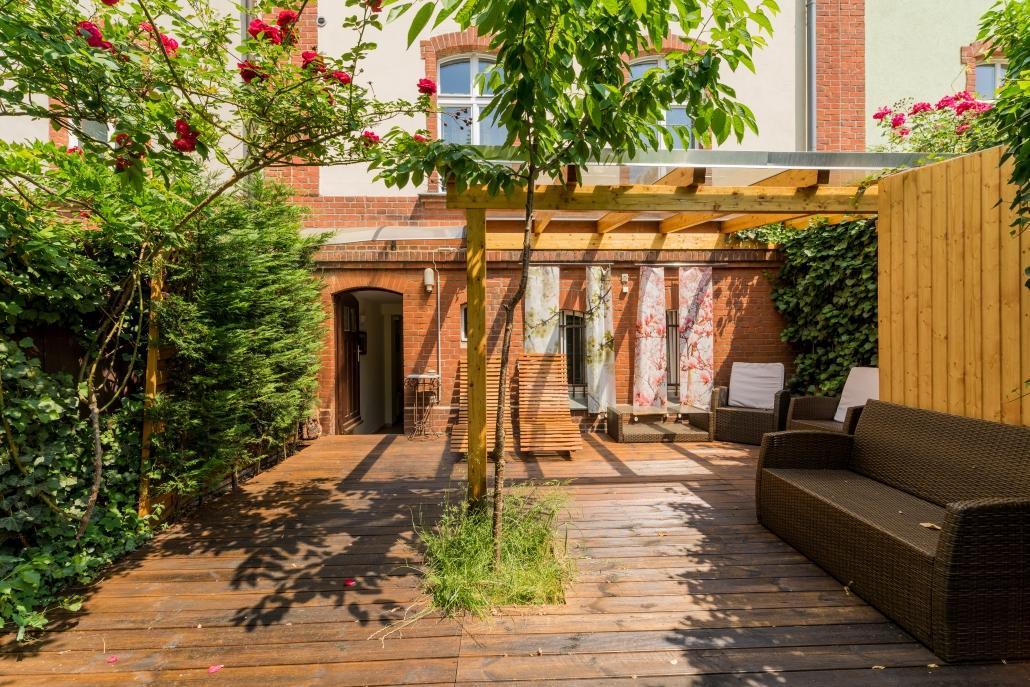 Terrasse mit Baum